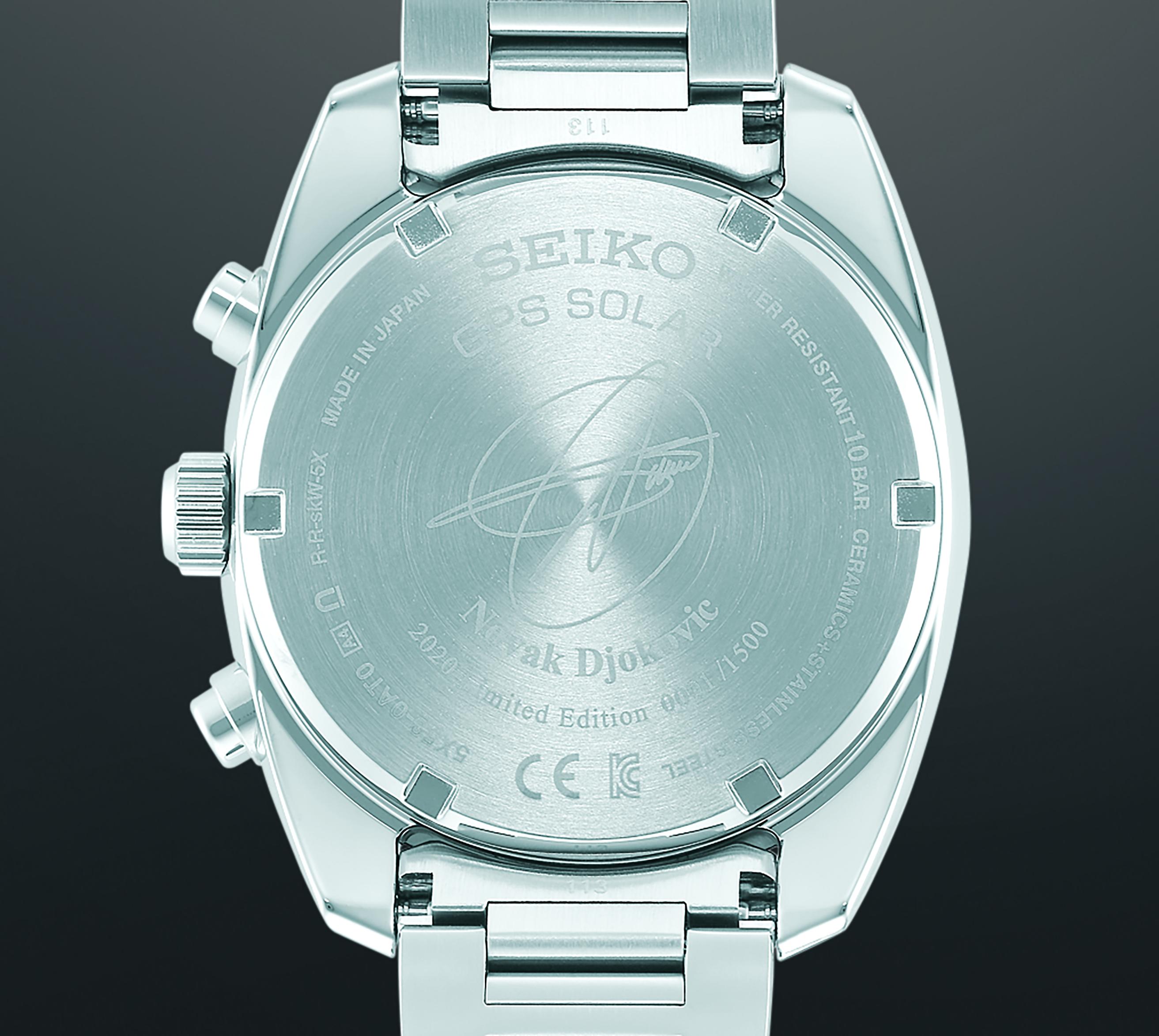 Het achterdeksel met Novak's handtekening en het individuele serienummer van het horloge.